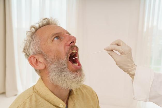 O paciente está pronto para fazer um teste cobiçoso com o médico