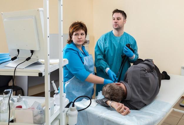 O paciente na sala de endoscopia