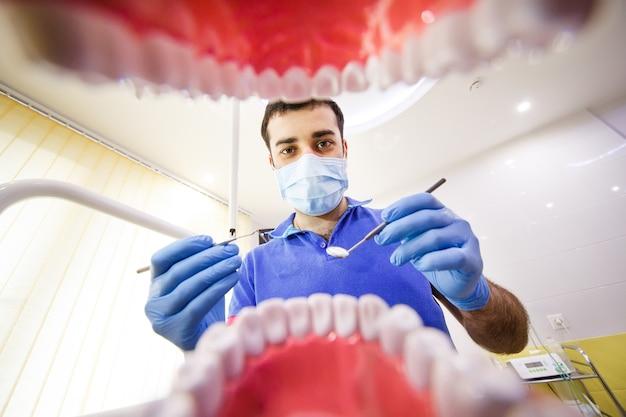 O paciente no dentista.