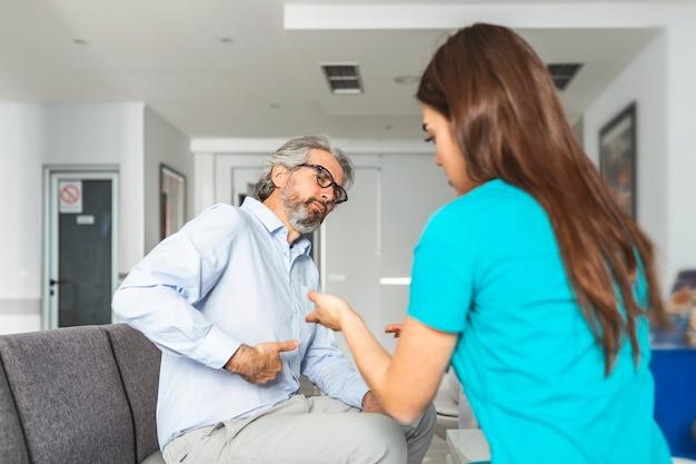 O paciente reclama com o médico sobre sua dor abdominal e outros sintomas