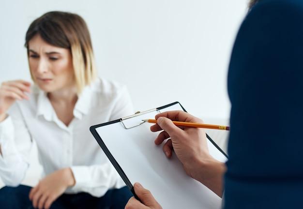 O paciente senta-se com um psicólogo psicoterapia estresse de comunicação