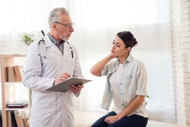 O paciente sente que o pescoço dói na clínica.