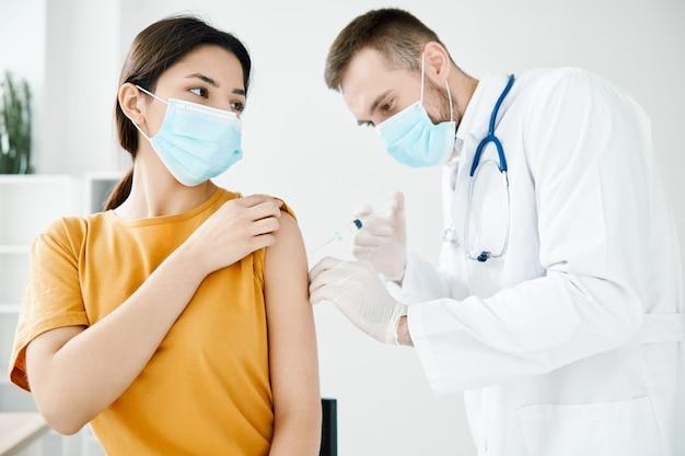 O paciente veio ao hospital para vacinação covid-19 e máscara médica