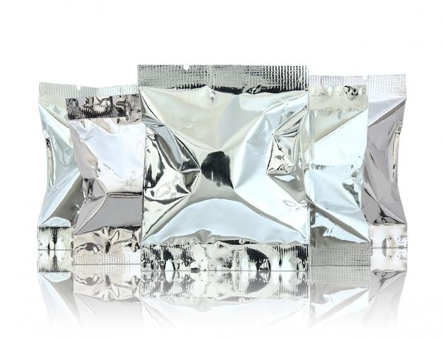 O pacote da folha reflete sobre o assoalho e o fundo branco