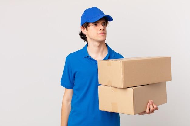 O pacote entrega o homem sentindo-se triste, chateado ou com raiva e olhando para o lado
