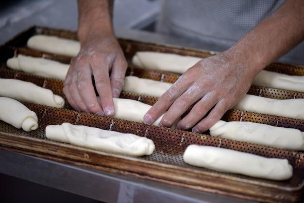 O padeiro molda o pão a ser cozido