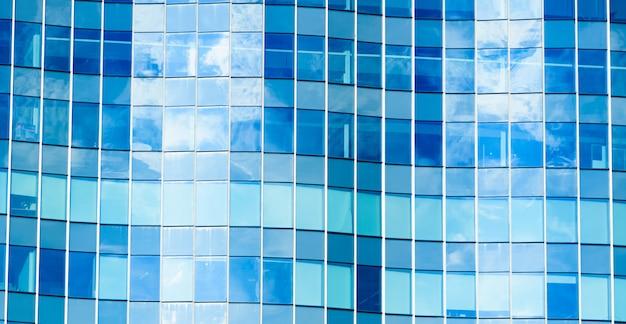 O padrão do vidro de janelas e refletor com o céu