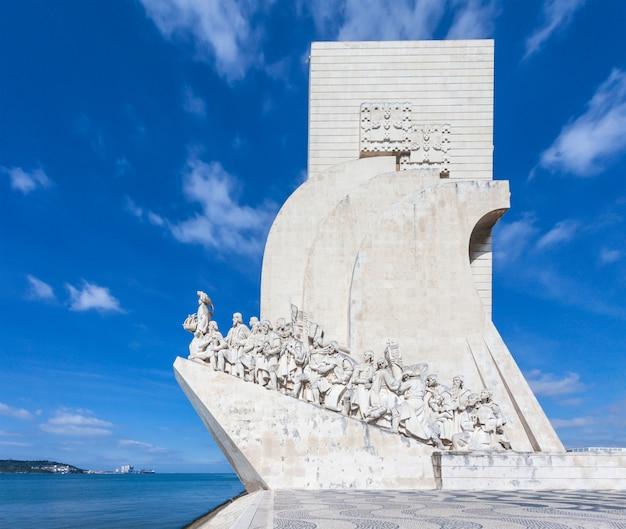 O padrao dos descobrimentos (monumento aos descobrimentos) é um monumento às margens do rio tejo, em lisboa, portugal
