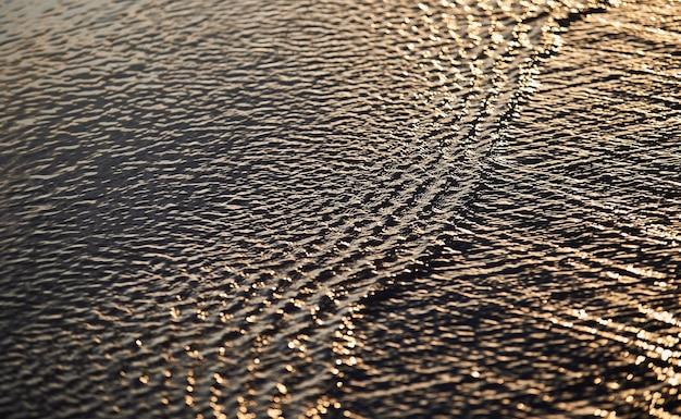 O padrão na superfície da água corrente