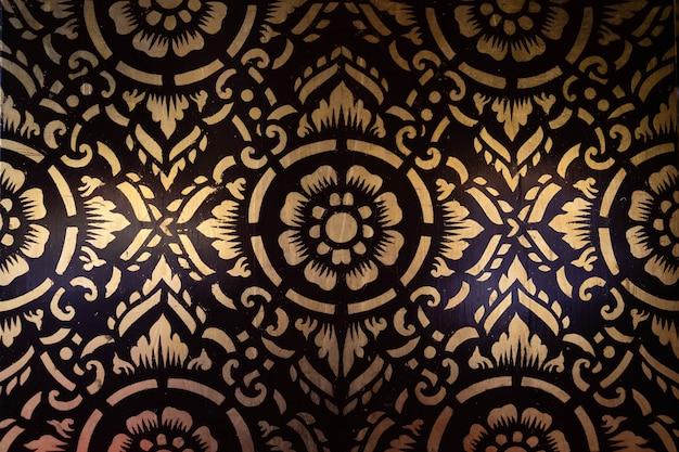 O padrão tailandês do norte pintou quadros de parede dourados.
