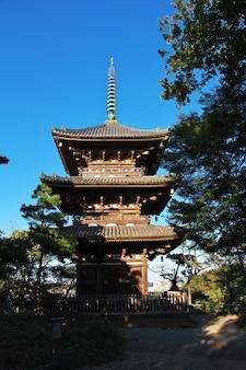 O pagode nos jardins de sankeien em yokohama, japão