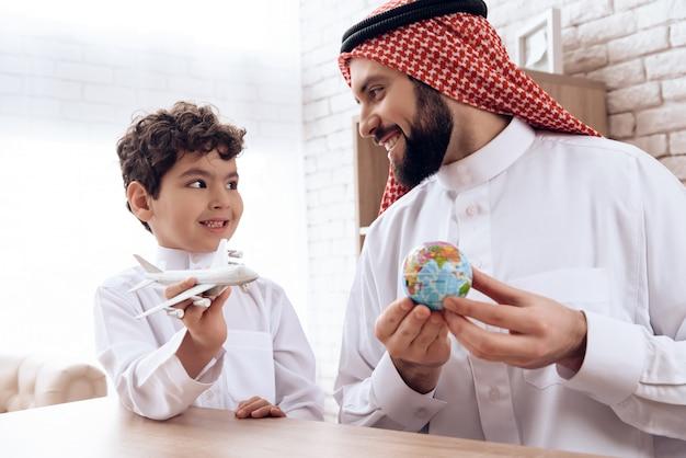 O pai árabe diz o filho sobre o vôo do avião.