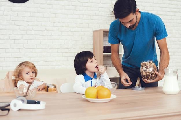 O pai de dois meninos está empenhado em criar filhos.