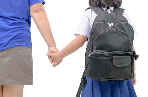 O pai e estudante asiático andam de mãos dadas isoalted