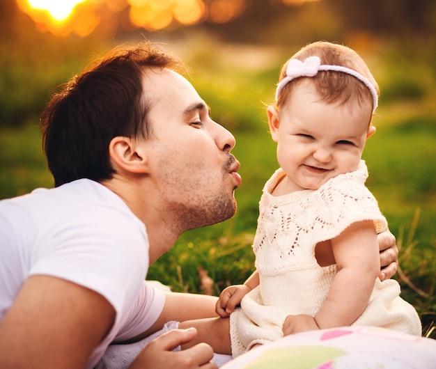 O pai mora antes da menina no gramado