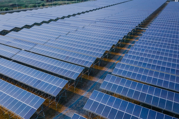 O painel azul alinha o negócio da energia das pilhas solares e o poder limpo da indústria elétrico em tailândia