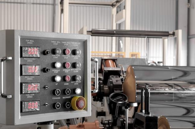 O painel de controle da fábrica para a produção de celofane e polipropileno