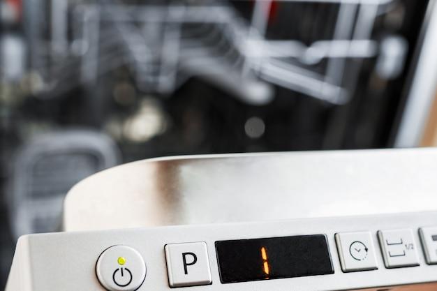 O painel de controle da máquina de lavar louça. selecione o programa para lavar louça.
