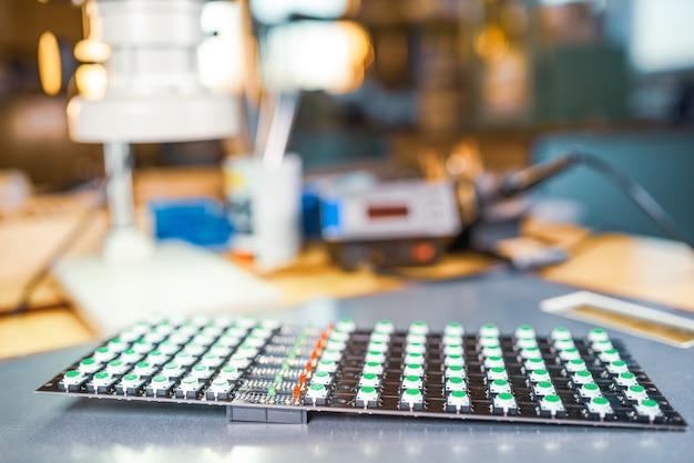 O painel de indicadores de luz led está em produção