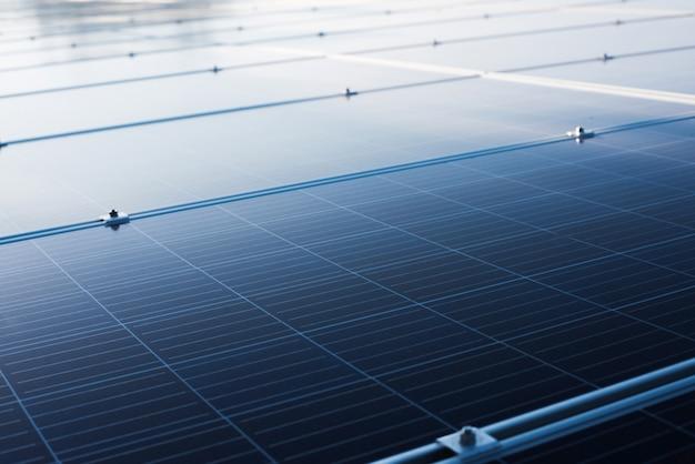 O painel solar instala no telhado-plataforma no edifício grande para a geração de energia elétrica