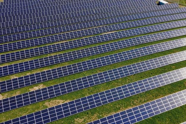 O painel solar produz energia verde e amiga do ambiente.