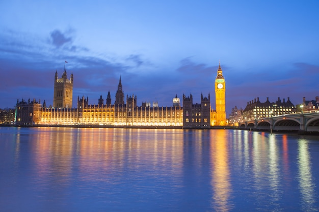 O palácio de westminster big ben à noite londres inglaterra reino unido