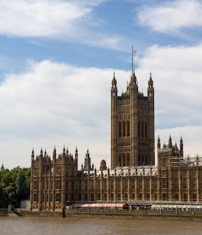 O palácio de westminster serve como ponto de encontro para a câmara dos comuns e a câmara dos lordes, as duas casas do parlamento do reino unido