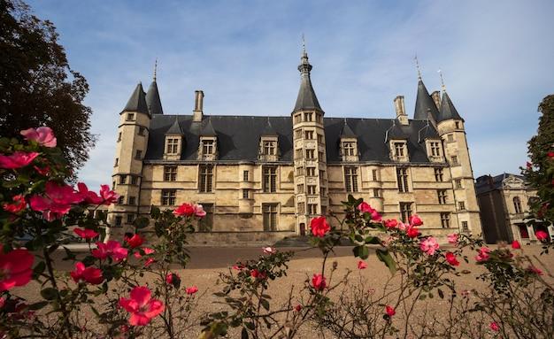 O palácio ducal na cidade de nevers nievre frança edifício feudal no centro da frança