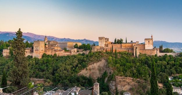 O palácio e fortaleza de alhambra, localizado em granada, andaluzia, espanha