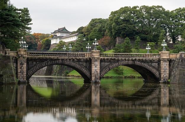 O palácio imperial em tóquio, japão. o palácio imperial é onde o imperador japonês vive atualmente.