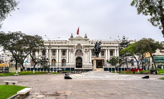 O palácio legislativo do peru com uma estátua de simon bolívar em lima