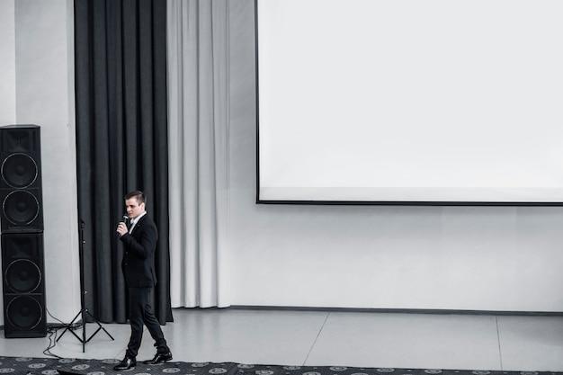 O palestrante conduz os negócios da conferência na moderna sala de conferências