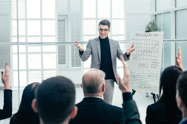 O palestrante faz perguntas durante o seminário de negócios. negócios e educação