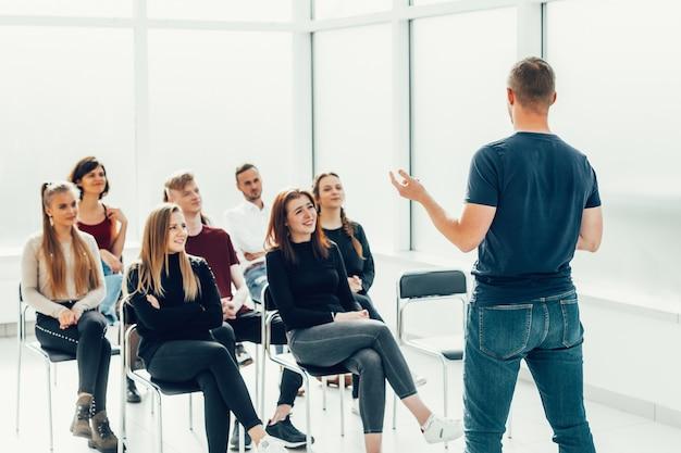 O palestrante faz uma reportagem para um grupo de jovens diversos