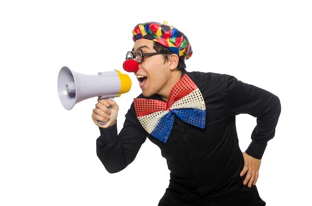 O palhaço com alto-falante isolado no branco