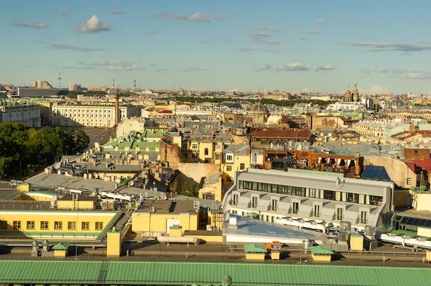 O panorama aéreo de são petersburgo com ruas e edifícios históricos antigos é visível do topo da catedral de são isaac em são petersburgo,