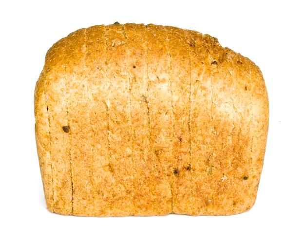O pão cortado com reflexo isolado no branco