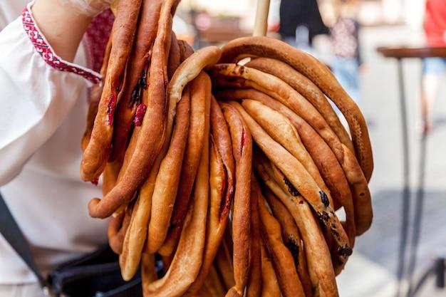 O pão de formato circular com recheio de cereja a vender na grande feira.