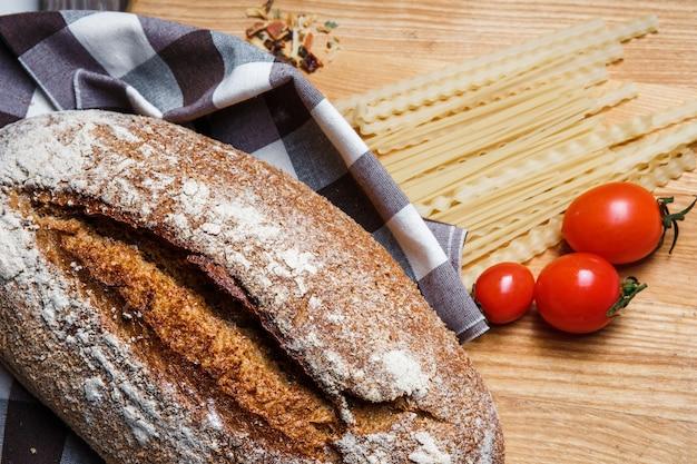 O pão em um fundo de madeira