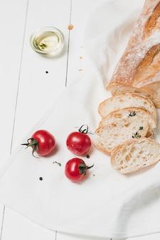 O pão fresco em uma mesa branca