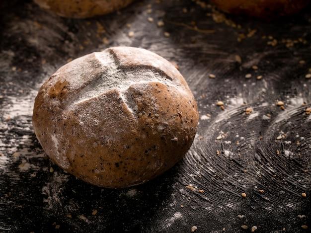 O pão rústico colocado na madeira preta