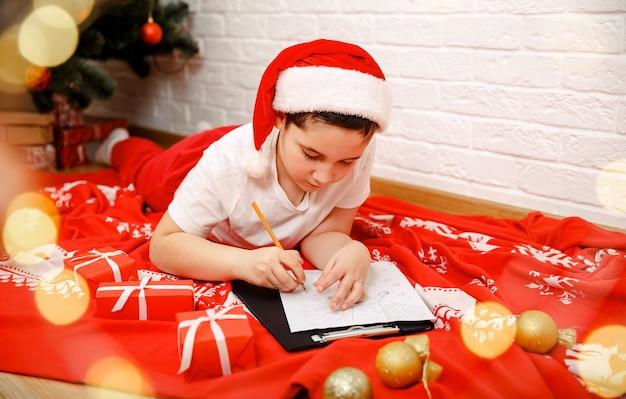 O papai noel escreve uma carta, lindas crianças com chapéu, escrevendo em casa
