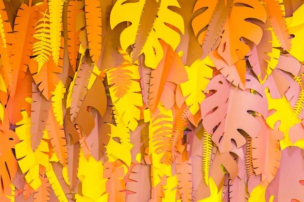 O papel decorativo de browwn sae na parede amarela na sala. detalhes do interior
