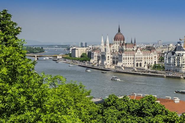 O parlamento construindo sobre o danúbio em budapeste
