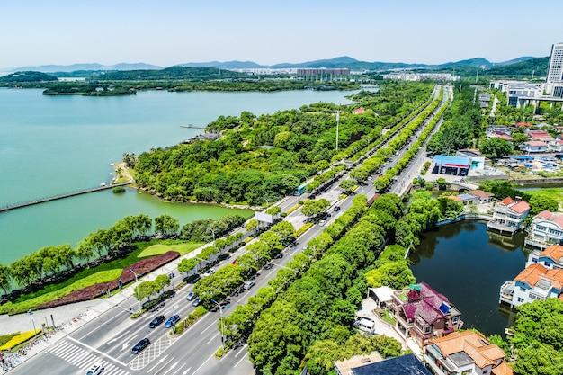 O parque da cidade com o lago
