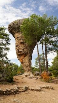O parque natural enchanted da cidade, grupo de pedra calcária dos formulários crapicious balança em cuenca, castilla la macha, espanha.