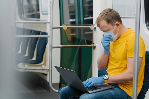 O passageiro do homem tosse e tem doença respiratória, viaja em transporte público, usa laptop
