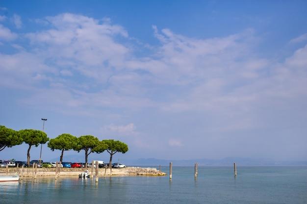 O passeio e o cais em sirmione, no lago garda.italy.tuscany.