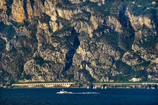 O passeio no lago de garda e os alpes.italy.toscânia.