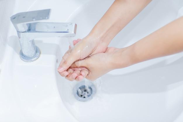 O passo para instruções de lavagem das mãos está de acordo com os padrões internacionais